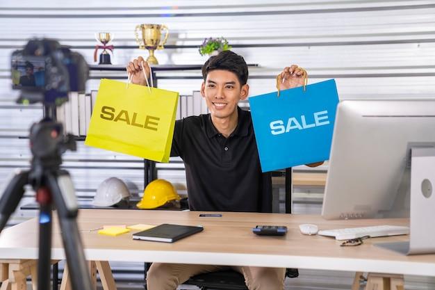 Blogger asiatico uomo che lavora da casa