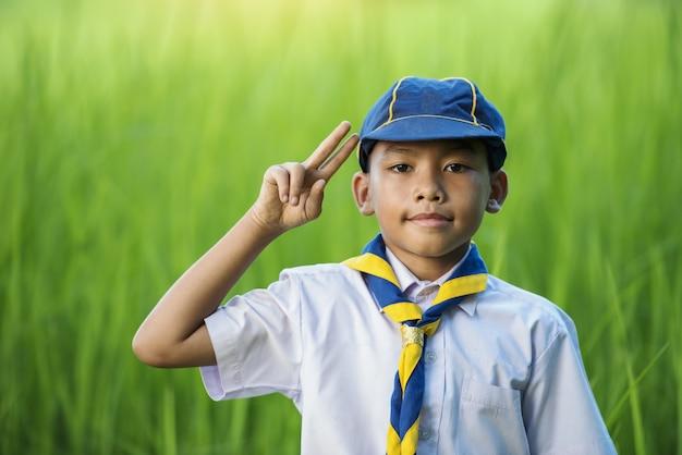 Boy scout asiatici che fanno un giuramento.