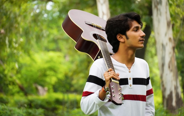 Ragazzo asiatico con una bellissima chitarra