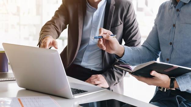 Consulente aziendale asiatico incontro per analizzare e discutere la situazione sulla relazione finanziaria nella sala riunioni. consulente finanziario e concetto di contabilità