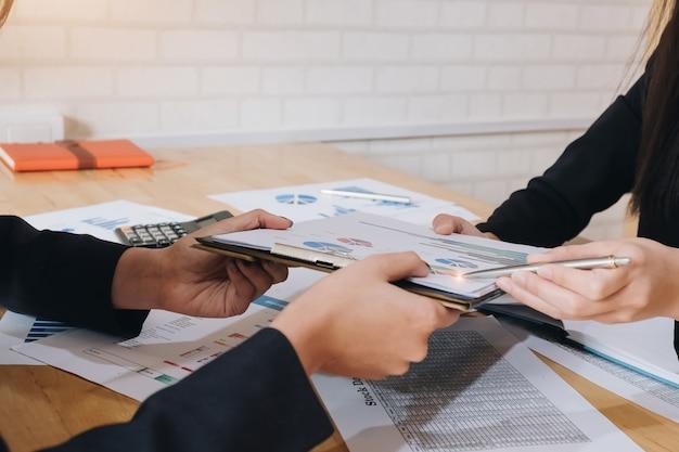 Riunione del consulente aziendale asiatico per analizzare e discutere la situazione sul rapporto finanziario nella sala riunioni