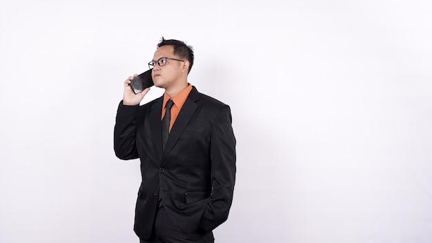 Uomo d'affari asiatico chiamando isolato sfondo bianco