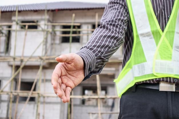 Lavoratore asiatico dell'ingegnere edile dell'uomo d'affari al cantiere della casa