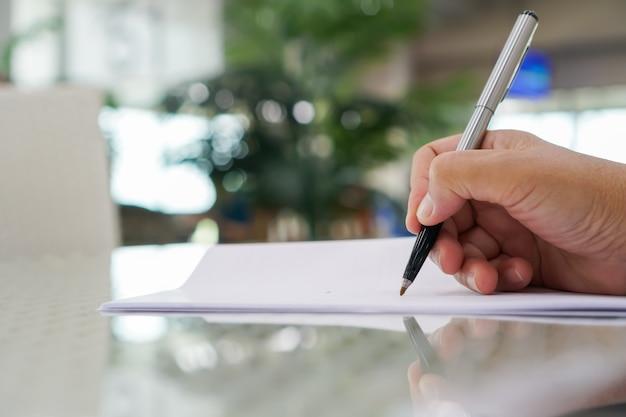 Asian business man manager che controlla e firma i documenti