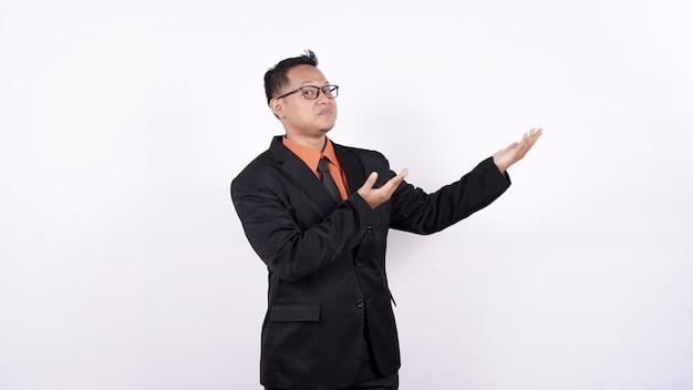 L'uomo d'affari asiatico ha indicato il fondo bianco di spazio vuoto isolato