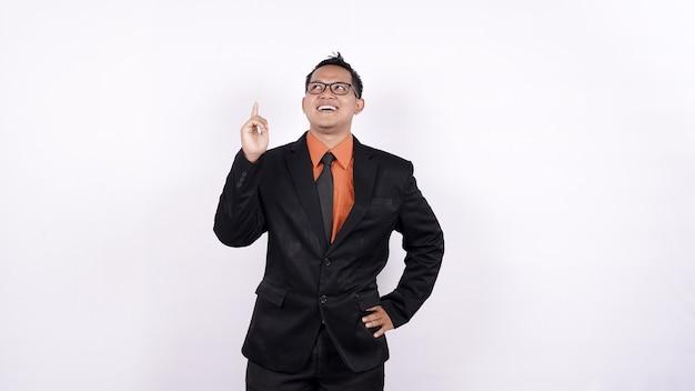 L'uomo asiatico di affari che pensa e ottiene il fondo bianco isolato idea