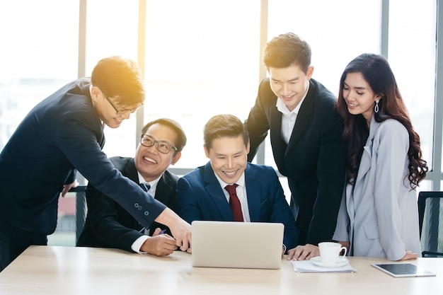 Squadra asiatica di affari che ha una riunione in ufficio