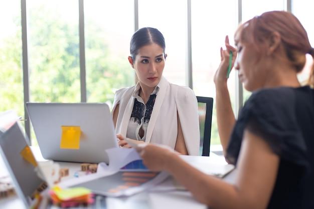 Squadra asiatica della donna di affari che lavora al computer portatile nella sala riunioni. gente di affari professionale di brainstorming e concetto di lavoro di squadra.