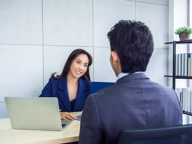 Donna asiatica di affari e uomo d'affari che lavorano insieme in ufficio
