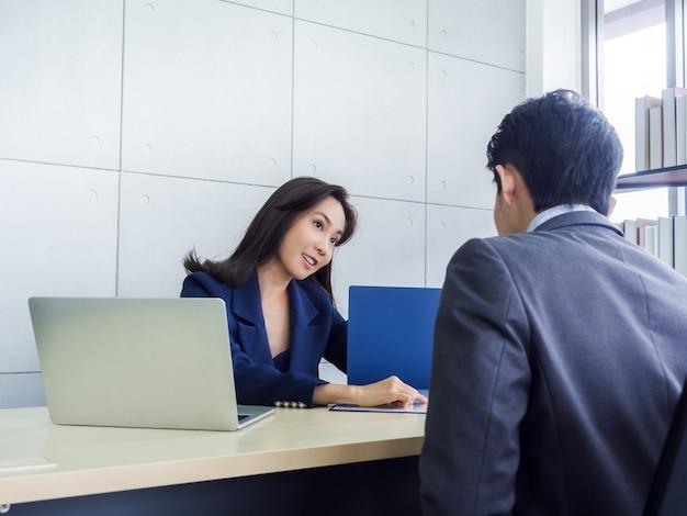 Donna asiatica di affari e uomo d'affari che lavorano insieme in ufficio Foto Premium
