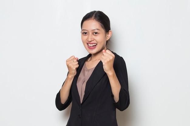 Donna d'affari asiatica felice ed eccitata che celebra la vittoria con un grande successo power energy