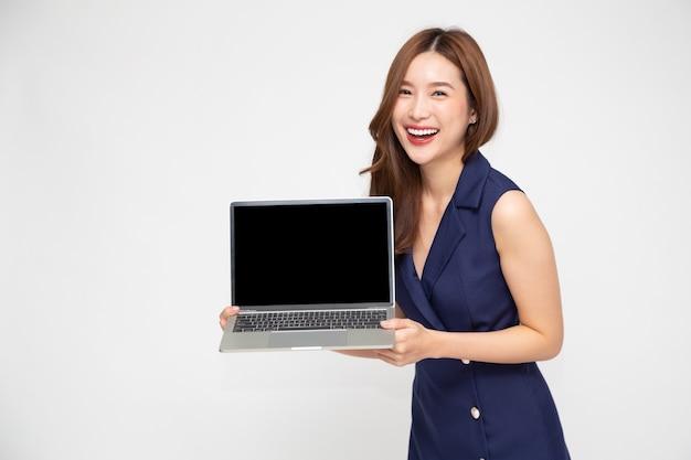 Donna asiatica di affari che mostra computer portatile