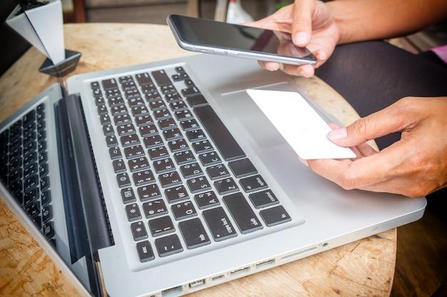 Donna d'affari asiatica utilizzando il computer portatile per tono di shopping.vintage, retro effetto del filtro, soft focus, luce bassa (attenzione selettiva)