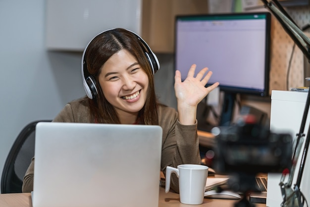 Donna d'affari asiatica che utilizza laptop tecnologico e lavora da casa nella responsabilità dell'ufficiale domestico