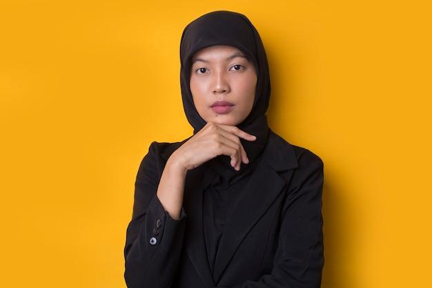 Donna asiatica di affari con il pensiero del ritratto di hijab, sentendosi dubbioso e confuso
