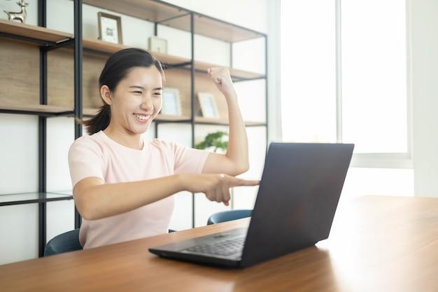 Donna asiatica di affari con il taccuino in ufficio