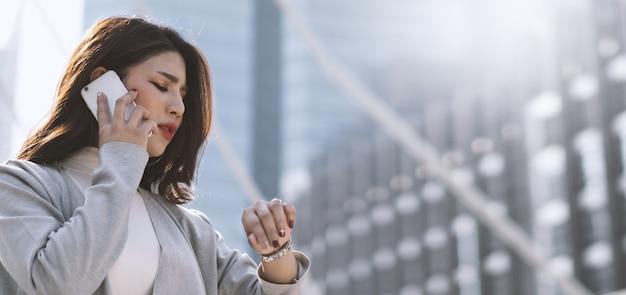 La donna d'affari asiatica si preoccupava del tempo perché era quasi in ritardo con l'appuntamento con il suo importante incontro