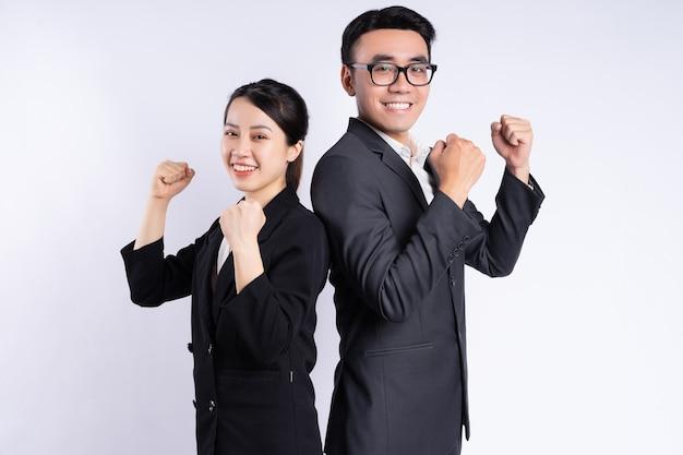 Uomo d'affari asiatico e donna d'affari in posa su sfondo bianco