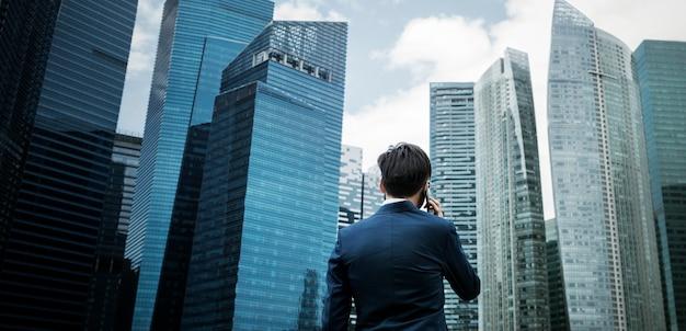 Uomo d'affari asiatico in una città