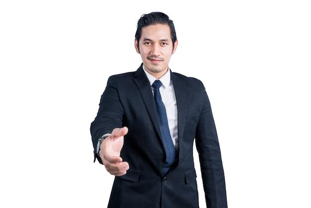 Offerta uomo d'affari asiatico si stringono la mano isolato sopra il muro bianco