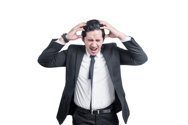 Uomo d'affari asiatico grattandosi la testa isolata sopra il muro bianco
