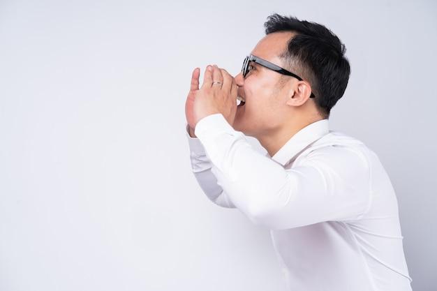 Uomo d'affari asiatico che grida