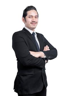 Uomo d'affari asiatico in piedi con le braccia incrociate isolato sul muro bianco