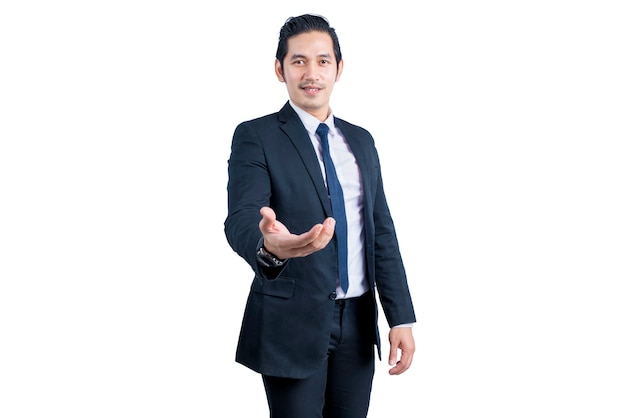 Uomo d'affari asiatico con il palmo aperto per offerta stringere la mano e tenendo o mostrando qualcosa di isolato sul muro bianco