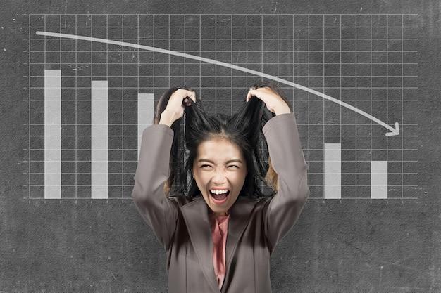 La donna d'affari asiatica si sente depressa per l'impatto economico globale a causa della pandemia di coronavirus