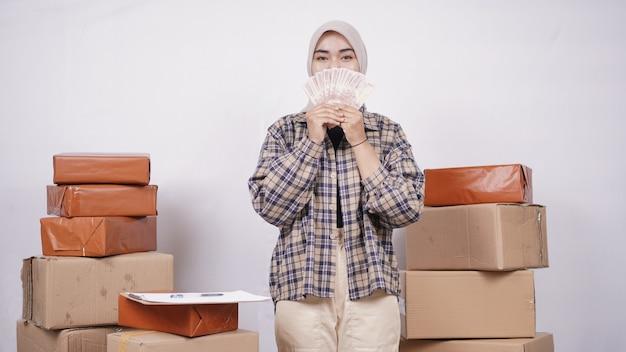 Donna d'affari asiatica che fa soldi isolata su sfondo bianco