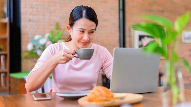 Donna di affari asiatica che lavora online. nuova normalità e vita dopo il covid-19. distanziamento sociale e lavoro da soli.