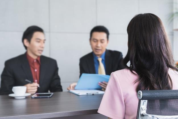 Donna candidata asiatica sul lavoro che assume intervistando con le risorse umane