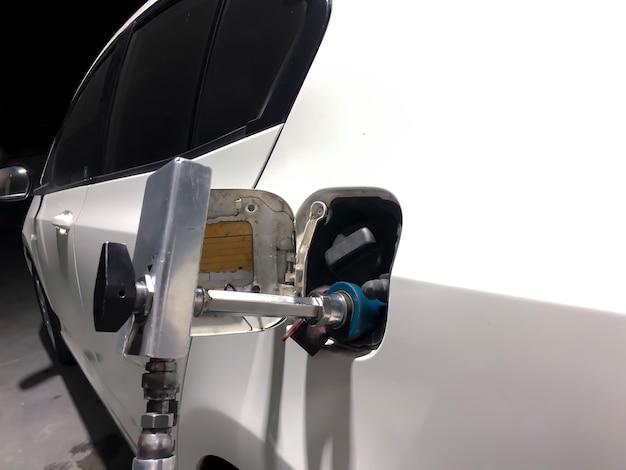 Le auto asiatiche sono piene di gas per guidare l'energia nella gastation, bangkok, thailandia.