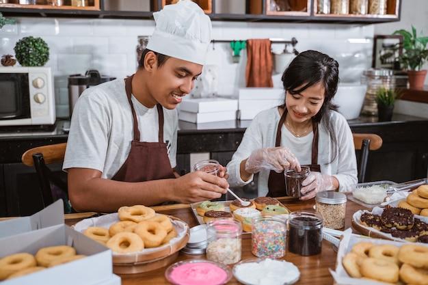 Chef asiatico che prepara ciambelle fatte in casa