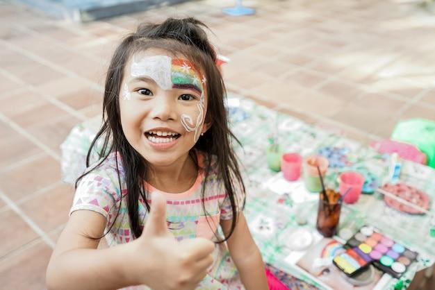 Bambino asiatico in età prescolare con trucco per la pittura del viso