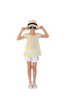 Bambino asiatico che indossa occhiali da sole e cappello di paglia su bianco