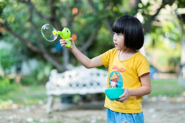 Bolla di colpo di bambino cinese asiatico con sfondo sfocato