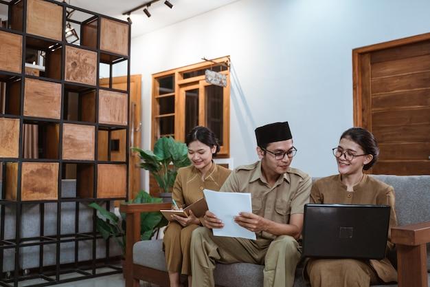 Operaio civile asiatico in riunione uniforme con il partner