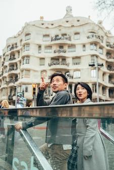 Coppia asiatica in vacanza a barcellona