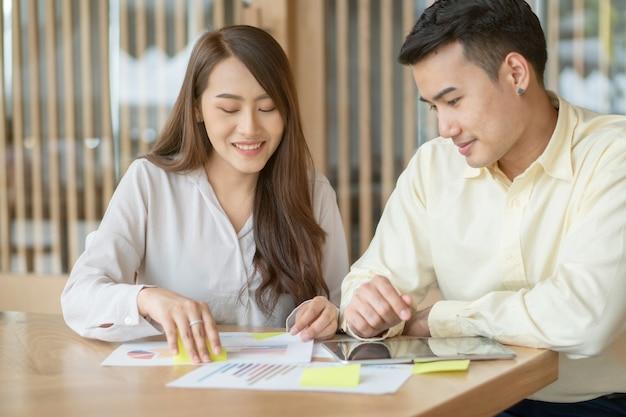 La coppia asiatica sta calcolando entrate e uscite