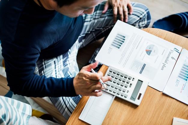 Coppia asiatica che pianifica per l'investimento
