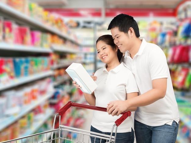 Coppia asiatica che fa shopping al supermercato