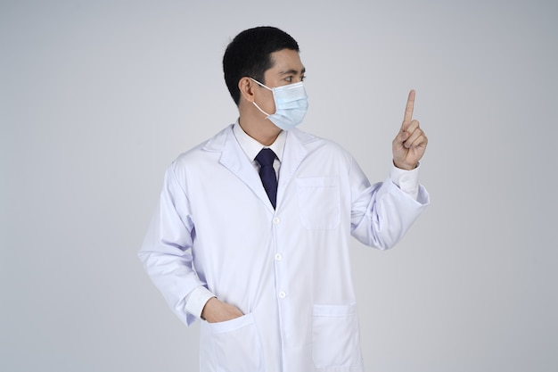 Uomo asiatico medico in mascherina medica, dito puntato