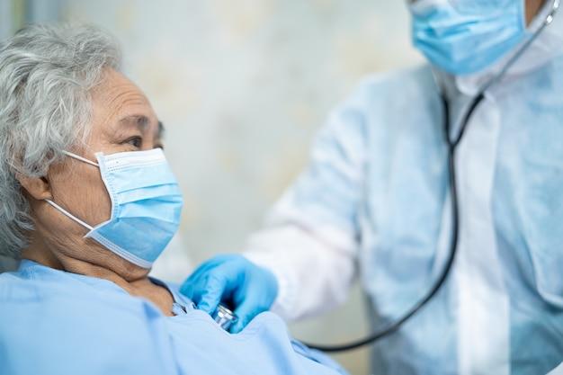 Medico asiatico che indossa tuta dpi per proteggere il coronavirus covid-19.