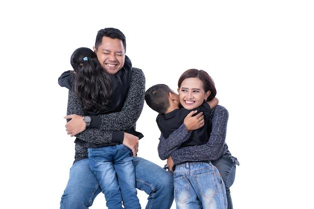 Famiglia asiatica che si abbraccia