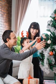 Famiglia asiatica che prepara insieme per il natale