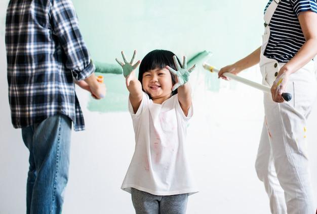 Famiglia asiatica che rinnova la casa