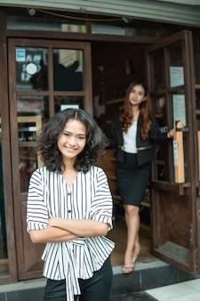 Proprietario del negozio di moda asiatica nella sua boutique