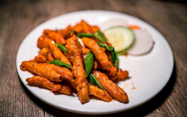 Asian fast food piccante di patate alla griglia e verdure a kathmandu in nepal