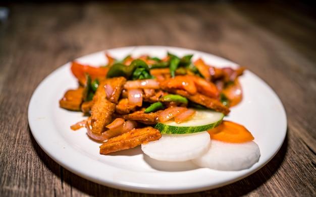 Asian fast food piccante tofu alla griglia e verdure a kathmandu in nepal